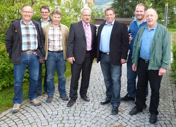 Adam Maurus (vierter von links) im Kreise seiner ONSV Vorstandskollegen und Benji von Ah