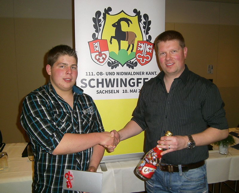 Präsident David Rohrer (rechts) gratuliert dem Jungschwinger Ueli Rohrer zur erfolgreichen Saison 2014.